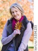 Купить «Портрет улыбающейся женщины в возрасте в осеннем парке», фото № 3034233, снято 9 ноября 2006 г. (c) Monkey Business Images / Фотобанк Лори