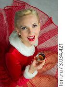 Купить «Молодая женщина в красном новогоднем наряде сидит на полу с бокалом шампанского», фото № 3034421, снято 16 ноября 2019 г. (c) Сабельникова Эля / Фотобанк Лори