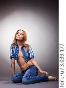 Купить «Мечтательная девушка в джинсовой одежде смотрит вверх», фото № 3039177, снято 23 февраля 2019 г. (c) Гурьянов Андрей / Фотобанк Лори