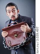 Чиновник с портфелем скован цепью. Стоковое фото, фотограф Elnur / Фотобанк Лори