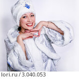 Улыбающаяся женщина в костюме Снегурочки. Стоковое фото, фотограф Павел Сазонов / Фотобанк Лори