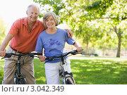 Купить «Пожилые супруги в парке на велосипедах», фото № 3042349, снято 26 февраля 2000 г. (c) Monkey Business Images / Фотобанк Лори