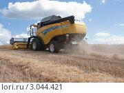 Купить «Уборка урожая зерновых культур», фото № 3044421, снято 3 августа 2011 г. (c) Михаил Рыбачек / Фотобанк Лори