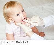 Купить «Педиатр в резиновых перчатках осматривает горло маленькой девочке», фото № 3045473, снято 20 ноября 2010 г. (c) Дмитрий Наумов / Фотобанк Лори