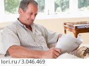 Купить «Пожилой мужчина отдыхает в гостиной с газетой», фото № 3046469, снято 31 января 2006 г. (c) Monkey Business Images / Фотобанк Лори