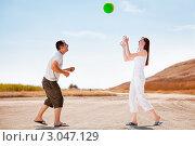 Счастливая парочка кидает мяч друг-другу. Стоковое фото, фотограф IEVGEN IVANOV / Фотобанк Лори