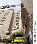 Сотрудники пожарной охраны наблюдают за спасением. Стоковое фото, фотограф Вячеслав Палес / Фотобанк Лори