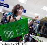Купить «Женщина выбирает товар в супермаркете», эксклюзивное фото № 3047241, снято 27 августа 2011 г. (c) Вячеслав Палес / Фотобанк Лори