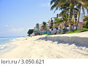Песчаный берег с домиками около воды (2011 год). Стоковое фото, фотограф Елена Шуршилина / Фотобанк Лори