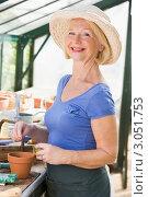 Портрет пожилой женщины с садовыми инструментами в парнике. Стоковое фото, фотограф Monkey Business Images / Фотобанк Лори
