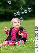 Купить «Годовалая девочка сидит на зеленой траве в окружении мыльных пузырей», фото № 3055129, снято 25 мая 2020 г. (c) Sergey Borisov / Фотобанк Лори