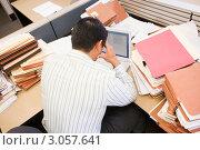 Купить «Мужчина за ноутбуком в секции офиса, заваленной кипами бумаг. Вид сверху», фото № 3057641, снято 7 октября 2007 г. (c) Monkey Business Images / Фотобанк Лори