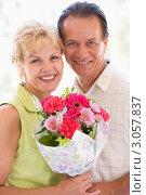 Супружеская пара с букетом цветов. Стоковое фото, фотограф Monkey Business Images / Фотобанк Лори