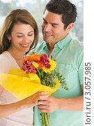 Купить «Мужчина дарит женщине букет цветов», фото № 3057985, снято 27 июня 2007 г. (c) Monkey Business Images / Фотобанк Лори