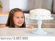 Купить «Маленькая девочка смотрит на торт на кухне», фото № 3057993, снято 19 марта 2000 г. (c) Monkey Business Images / Фотобанк Лори
