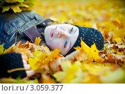 Купить «Девушка лежит на опавшей желтой листве», фото № 3059377, снято 25 октября 2011 г. (c) Анна Лурье / Фотобанк Лори