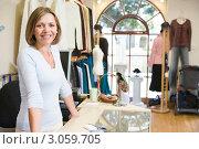 Купить «Женщина-продавец в магазине одежды», фото № 3059705, снято 14 мая 2000 г. (c) Monkey Business Images / Фотобанк Лори