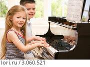 Купить «Брат с сестрой играют на пианино», фото № 3060521, снято 3 мая 2007 г. (c) Monkey Business Images / Фотобанк Лори