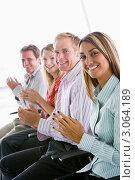 Четыре бизнесмена в офисе аплодируют, улыбаясь. Стоковое фото, фотограф Monkey Business Images / Фотобанк Лори