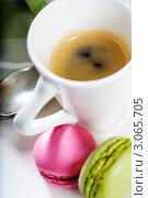 Купить «Кофе и французское миндальное печенье macaroons», фото № 3065705, снято 13 декабря 2011 г. (c) Наталия Кленова / Фотобанк Лори