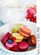 Купить «Разноцветное французское миндальное печенье macaroons с ягодами», фото № 3065709, снято 13 декабря 2011 г. (c) Наталия Кленова / Фотобанк Лори