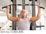 Купить «Пожилой мужчина занимается на силовом тренажере», фото № 3065845, снято 9 октября 2007 г. (c) Monkey Business Images / Фотобанк Лори