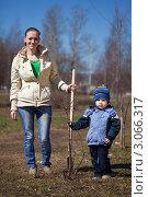 Купить «Молодая мама с сыном сажают деревья в весеннем саду», фото № 3066317, снято 26 апреля 2011 г. (c) Яков Филимонов / Фотобанк Лори