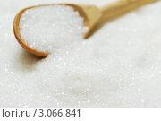 Сахар в деревянной ложке крупным планом. Стоковое фото, фотограф human / Фотобанк Лори
