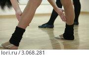 Женщины занимаются фитнесом. Стоковое видео, видеограф Владимир Никулин / Фотобанк Лори