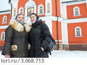 Купить «Две девушки в зимней одежде и в платке около входа в церковь», фото № 3068713, снято 11 декабря 2011 г. (c) Кекяляйнен Андрей / Фотобанк Лори
