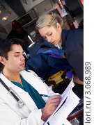 Купить «Доктор принимает пациента у медработников скорой помощи, делает пометки», фото № 3068989, снято 6 декабря 2005 г. (c) Monkey Business Images / Фотобанк Лори
