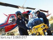 Купить «Медработники эвакуируют пациента на вертолете», фото № 3069017, снято 6 декабря 2005 г. (c) Monkey Business Images / Фотобанк Лори