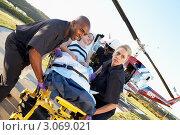 Купить «Медработники приняли пациента с вертолета эвакуации», фото № 3069021, снято 6 декабря 2005 г. (c) Monkey Business Images / Фотобанк Лори