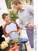 Купить «Мальчик помогает папе готовить еду для пикника», фото № 3069477, снято 12 октября 2007 г. (c) Monkey Business Images / Фотобанк Лори
