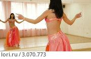 Купить «Танец живота, женщина танцует у зеркала», видеоролик № 3070773, снято 19 декабря 2011 г. (c) Владимир Никулин / Фотобанк Лори