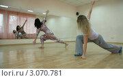 Женщины занимаются танцами в зале. Стоковое видео, видеограф Владимир Никулин / Фотобанк Лори