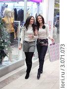Купить «Две веселые девушки в торговом центре перед Новым годом», фото № 3071073, снято 12 января 2010 г. (c) Иван Михайлов / Фотобанк Лори
