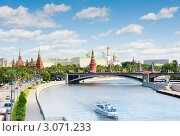 Купить «Вид на Кремль с Патриаршего моста. Москва», фото № 3071233, снято 6 июня 2010 г. (c) Екатерина Овсянникова / Фотобанк Лори