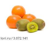 Купить «Киви и мандарины на белом фоне», фото № 3072141, снято 19 декабря 2011 г. (c) Ласточкин Евгений / Фотобанк Лори