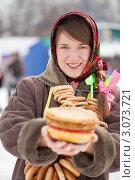 Купить «Девушка с блинами и баранками празднует Масленицу», фото № 3073721, снято 6 марта 2011 г. (c) Яков Филимонов / Фотобанк Лори