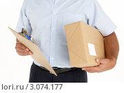 Купить «Мужчина держит в руках коробку и папку-планшет», фото № 3074177, снято 1 октября 2008 г. (c) Monkey Business Images / Фотобанк Лори