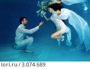 Свадьба под водой в бассейне. Стоковое фото, фотограф Некрасов Андрей / Фотобанк Лори