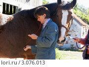 Купить «Женщина ветеринар осматривает лошадь», фото № 3076013, снято 27 сентября 2007 г. (c) Monkey Business Images / Фотобанк Лори