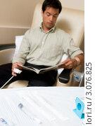 Купить «Лежащий на столе шприц (в фокусе) на фоне пациента, листающего журнал», фото № 3076825, снято 3 июля 2007 г. (c) Monkey Business Images / Фотобанк Лори