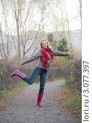 Радостная девушка на прогулке в осенней одежде. Стоковое фото, фотограф Михеев Павел / Фотобанк Лори