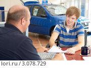 Купить «Молодой человек подписывает договор купли-продажи в автосалоне», фото № 3078729, снято 26 июня 2019 г. (c) Monkey Business Images / Фотобанк Лори
