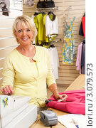 Купить «Женщина-продавец в магазине одежды», фото № 3079573, снято 24 июня 2009 г. (c) Monkey Business Images / Фотобанк Лори