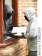Купить «Грабитель передает подельнику награбленное из взломанного дома», фото № 3082013, снято 21 мая 2009 г. (c) Monkey Business Images / Фотобанк Лори