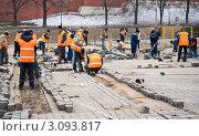 Рабочие укладывают тротуарную плитку (2011 год). Редакционное фото, фотограф Михаил Треусов / Фотобанк Лори