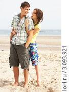 Смеющаяся влюбленная пара молодых людей на фоне моря. Стоковое фото, фотограф Monkey Business Images / Фотобанк Лори